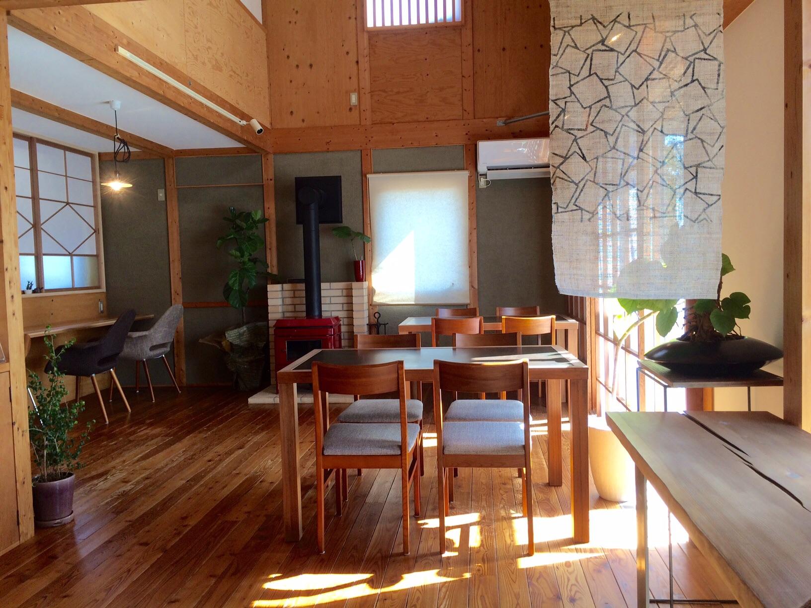 天井が高くて開放的なカフェスペースです
