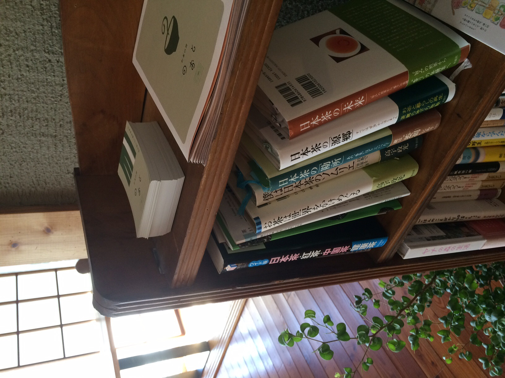 本棚にはお茶やカフェ、空間に関する本が色々ありました